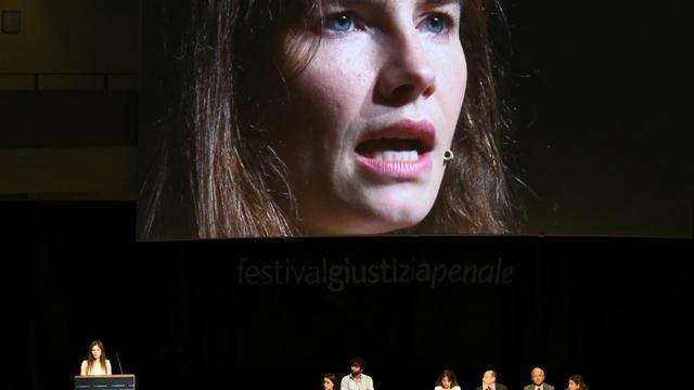"""L'Américaine Amanda Knox (en bas à gauche et sur l'écran) lors d'une conférence """"Condamnations injustifiées et populisme judiciaire"""" à Modène, en Italie, le 15 juin 2019 [Vincenzo PINTO                 / AFP]"""
