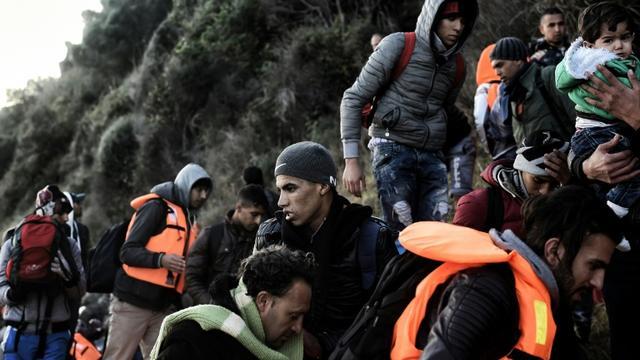 Des migrants à leur arrivée le 9 novembre 2015 sur l'île de Lesbos [ARIS MESSINIS / AFP]