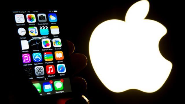 Un smartphone iPhone présenté devant le logo d'Apple le 30 janvier 2015 à Lille [Philippe HUGUEN / AFP/Archives]