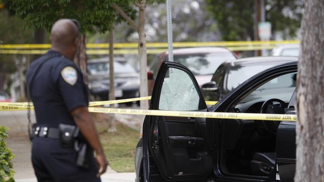 Un officier de police sur les lieux d'une fusillade, le 7 juin 2013 à Santa Monica, près de Los Angeles [David Mcnew / Getty Images/AFP]