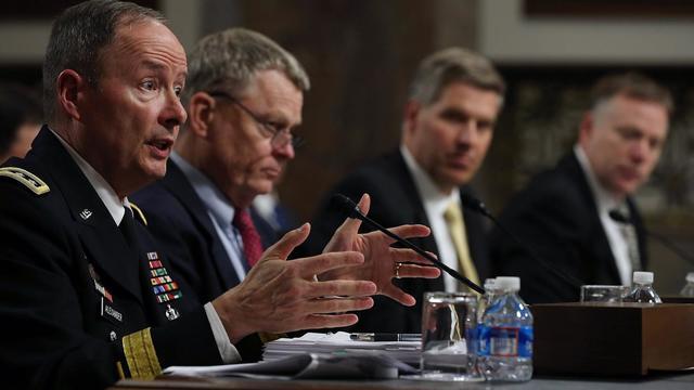 Le directeur de la NSA le général Keith Alexander (g) auditionné par le sénat américain, le 12 juin 2013