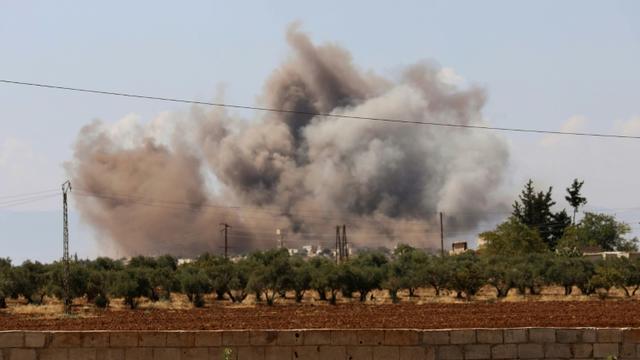 Panache de fumée après un bombardement près du village d'Al-Muntar dans le sud de la province d'Idleb, dernier bastion rebelle en Syrie, le 8 septembre 2018 [OMAR HAJ KADOUR / AFP/Archives]