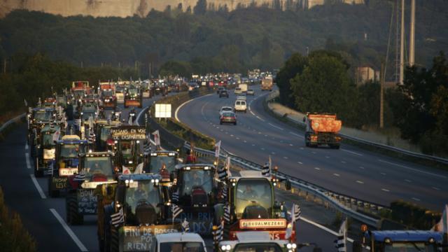 Le cortège des tracteurs en route le 3 septembre 2015 pour Paris sur l'A13, à hauteur de   Mantes-la-Jolie [KENZO TRIBOUILLARD / AFP]