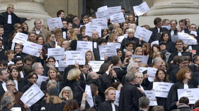 Des avocats manifestent le 16 octobre 2015 en face du Palais de justice de Paris contre la réforme de l'aide juridictionnelle [MIGUEL MEDINA / AFP]