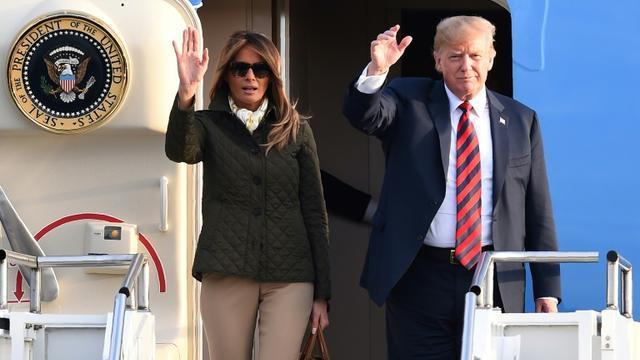 Le président américain Donald Trump et son épouse Melania Trump saluent à leur arrivée à l'aéroport de Prestwick, au sud de Glasgow, le 13 juillet 2018 en Ecosse [Andy BUCHANAN / AFP]