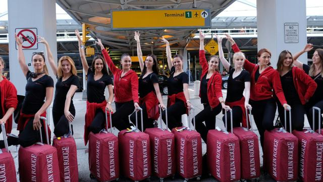 La troupe du Moulin Rouge arrive à New York le 21 septembre 2015 [JEWEL SAMAD / AFP]