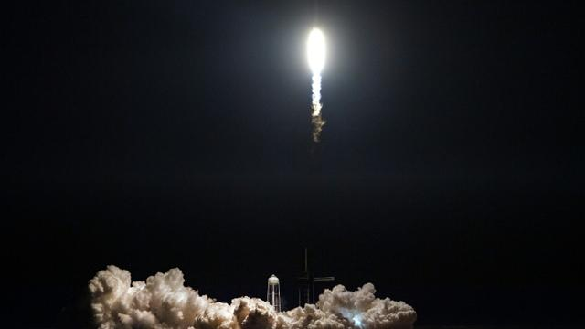 Départ de la fusée Falcon 9 avec la capsule Crew Dragon depuis le centre spatial Kennedy, le 2 mars 2019. La capsule a réussi son amarrage le 3 mars  [Jim WATSON / AFP]