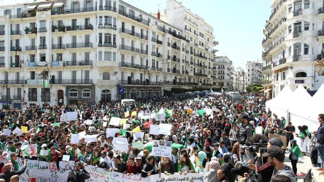 """Nouvelle manifestation d'étudiants algériens pour réclamer la fin du """"système"""" Bouteflika, le 16 avril 2019 dans les rues d'Alger [- / AFP]"""