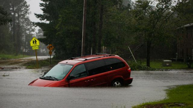 Une voiture abandonnée sur uen route inondée près de New Bern, ville de Caroline du Nord, le 14 septembre 2018 après le passage de l'ouragan Florence sur la côte sud-est américaine  [Logan Cyrus / AFP]