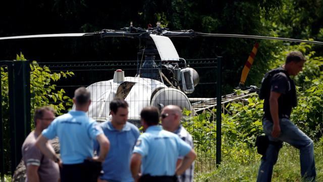L'hélicoptère Alouette II abandonné à Gonesse en Seine-et-Marne après l'évasion par les airs de Redoine Faïd, le 1er juillet 2018 [GEOFFROY VAN DER HASSELT / AFP]