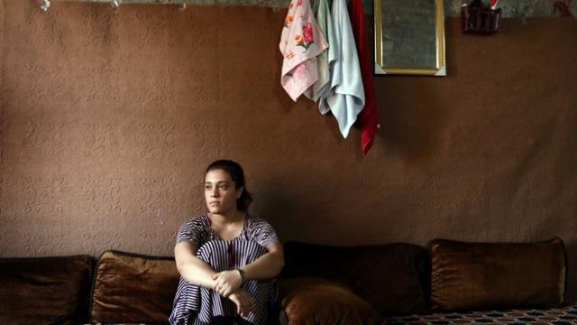 Jihane Qassem, une Yazidie de 18 ans, est assise dans un bâtiment abandonné à Baadre, une localité du nord de l'Irak, le 25 juin 2019 [SAFIN HAMED / AFP]