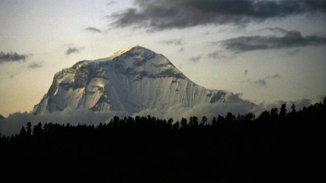 Une vue du massif du Dhaulagiri, à proximité immédiate du Gurja, prise du village de Nagi, à 200 km à l'ouest de Katmandou [PRAKASH MATHEMA / AFP/Archives]