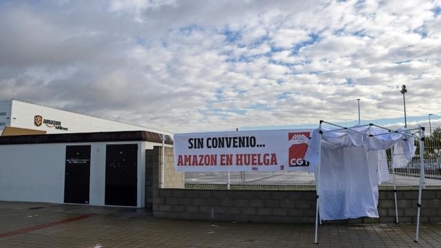Des salariés d'Amazon en Espagne se mettent en grève, dans les locaux de San Fernando de Henares, le 23 novembre 2018 [OSCAR DEL POZO / AFP]