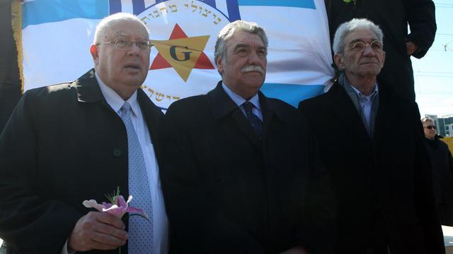 David Daltiel (C), président de la communauté juive de Thessalonique, aux côtés de l'ambassadeur d'Israël en Grèce Arye Mekel (G) et du maire de la ville Yannis Boutaris (D), le 16 mars 2013, pour le 70e anniversaire du premier train de déportés à Auschwitz [Sakis Mitrolidis / AFP/Archives]