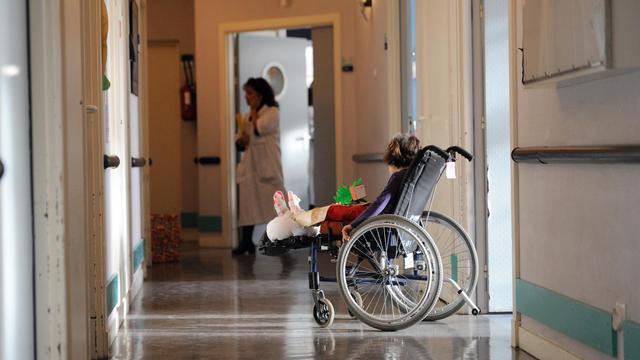 Un enfant dans une chaise roulante à l'hôpital de Garches le 15 décembre 2010 [Eric Feferberg / Pool/AFP/Archives]