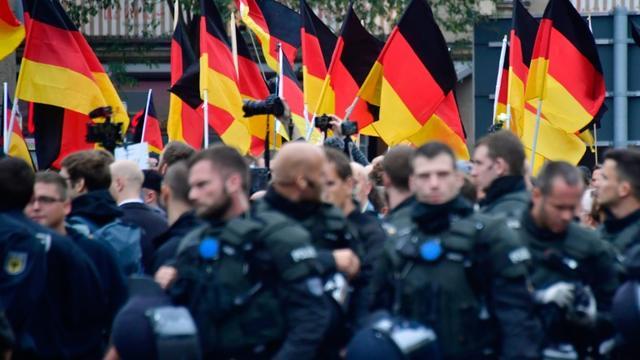 Encadrés par les forces de l'ordre, des partisans du parti d'extrême droite AfD défilent à Chemnitz dans l'est de l'Allemagne le 1er septembre 2018 [John MACDOUGALL / AFP]