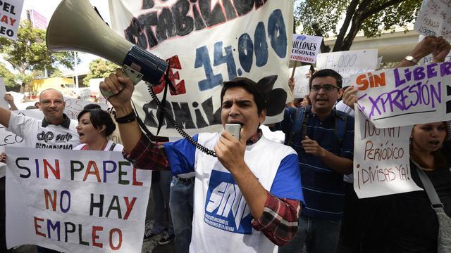 Des employés de journaux manifestent à Caracas pour demander du papier, le 28 janvier 2013 [Juan Barreto / AFP]