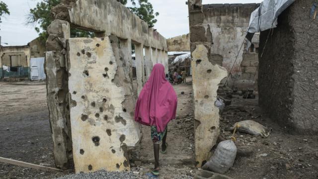 Une fille marche sur un site bombardé à Rann près de la frontière camerounaise le 29 juillet 2017 [STEFAN HEUNIS / AFP/Archives]