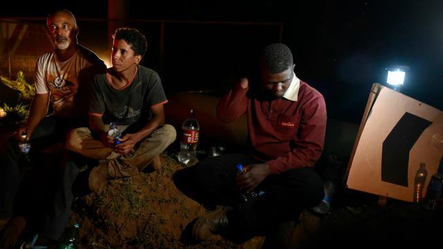 Des survivants à la coulée de boue le 5 novembre 2015 à Bento Rodrigues au Brésil [Douglas Magno / AFP]
