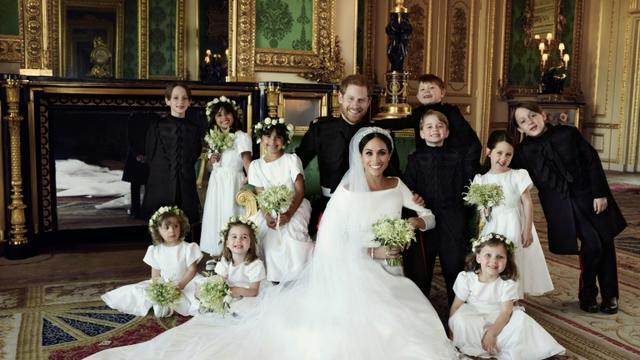 Photo officielle réalisée par le photographe Alexi Lubomirski et publiées par palais de Kensington le 21 mai 2018 montrant le prince Harry et son épouse Megan aux côtés des dix enfants d'honneur [Alexi Lubomirski / KENSINGTON PALACE/AFP]