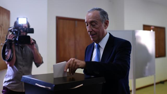Le candidat de la droite, Marcelo Rebela de Sousa, vote à la présidentielle, le 24 janvier 2016 à Celorico de Basto, dans le nord du Portugal [FRANCISCO LEONG / AFP]