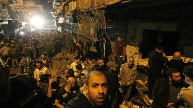 Des secouristes sur le site d'un double attentat à Burj al-Barajneh dans la banlieue surd de Beyrouth le 12 novembre 2015 [ANWAR AMRO / AFP]