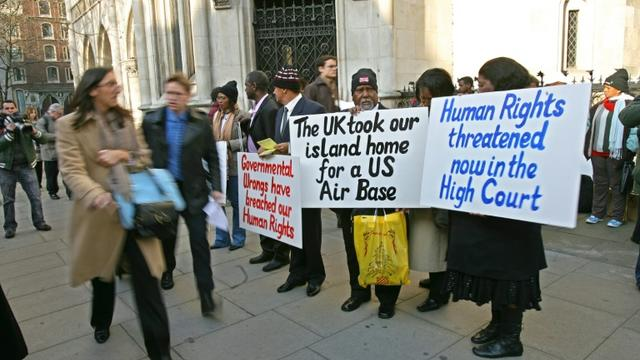 Des Chagossiens manifestent devant la Cour d'appel de Londres, le 5 février 2007 [CARL DE SOUZA / AFP/Archives]