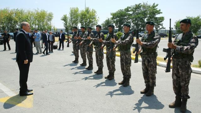 Une photo fournie par le service de presse de la présidence turque montrant le président Recep Tayyip Erdogan (g) et des membres des forces spéciales de police, le 29 juillet 2016 à Ankara [KAYHAN OZER / TURKISH PRESIDENTIAL PRESS OFFICE/AFP/Archives]