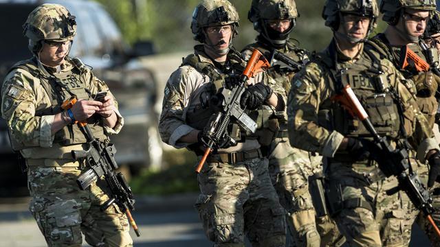 Policiers américains faisant partie d'une unité de SWAT, à l'entraînement le 2 mai 2014 en Virginie [Brendan Smialowski / AFP/Archives]