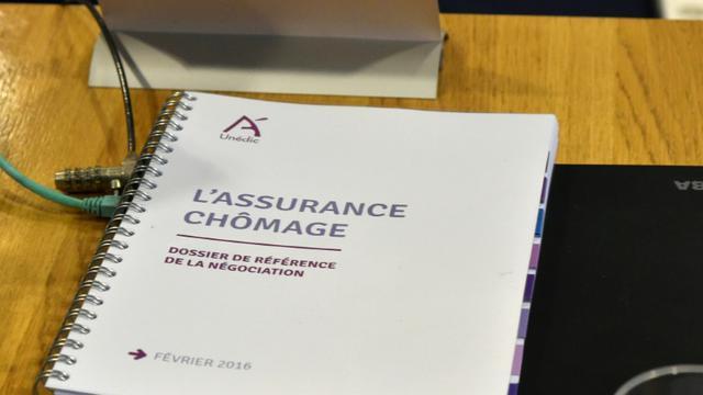 Un document sur l'assurance-chômage, le 22 février 2016, pendant une réunion entre le Medef et les syndicats à Paris  [DOMINIQUE FAGET / AFP/Archives]