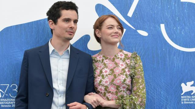 """L'actrice américaine Emma Stones et le réalisateur Damien Chazelle pour le film """"La la Land"""", le 31 août 2016 à la Mostra de Venis [TIZIANA FABI / AFP/Archives]"""