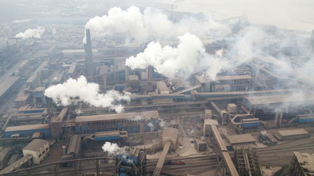 Des cheminées d'usines à Hancheng, le 17 février 2018 en Chine [FRED DUFOUR / AFP/Archives]