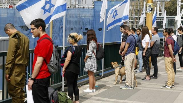 Dans la ville israélienne de Tel-Aviv, des passants observent deux minutes de silence au son des sirènes le 2 mai 2019, pour marquer la journée de la Shoah en mémoire des six millions de victimes juives du nazisme durant la Seconde Guerre mondiale [JACK GUEZ / AFP]