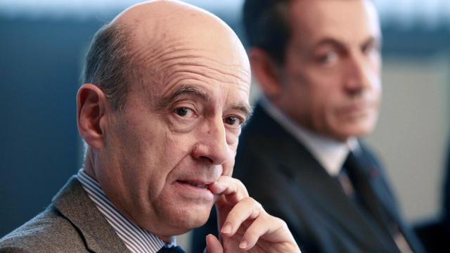 Ils ont le même objectif, 2017, mais empruntent des chemins différents, Nicolas Sarkozy veut passer par la présidence de l'UMP, Alain Juppé mise sur la primaire: Photo d'archives des deux hommes le 15 novembre 2011 à Bordeaux [Regis Duvignau / AFP/Archives]