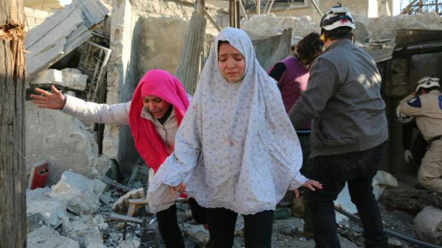 Des jeunes filles après des bombardements aériens de l'armée dans la partie d'Alep tenue par les rebelles, le 8 février 2016 [Ameer al-Halbi / AFP]