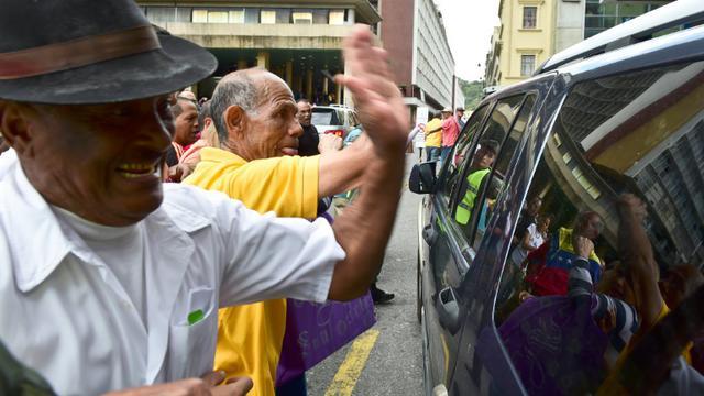 Les partisans du président Maduro frappent le véhicule Henry Ramos Allup, le nouveau président du Parlement, le 4 janvier 2016 à Caracas [RONALDO SCHEMIDT / AFP]