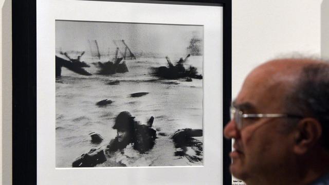 Une photo du débarquement allié sur Omaha Beach le 6 juin 1044 prise par Robert Capa pour le magazine Life, et exposée à Rome, le 30 avril 2013 [Gabriel Bouys / AFP/Archives]