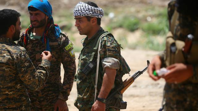 Des combattants des Forces démocratiques syriennes, le 11 juin 2017 dans un quartier de Raqa, fief de l'EI en Syrie [DELIL SOULEIMAN / AFP]