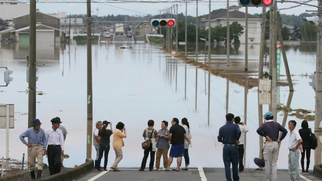 Des habitants de la ville de Joso où la rivière Kinugawa est violemment sortie de son lit, le 12 septembre 2015 au Japon  [JIJI PRESS / JIJI PRESS/AFP]