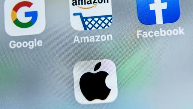 """Les logos des géants américains du numérique, Google, Apple, Facebook et Amazon visés par la taxe française, dite """"Gafa"""" [DENIS CHARLET / AFP]"""