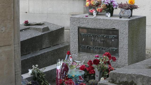 La tombe de Jim Morrison, couverte de fleurs, au cimetière du Père Lachaise à Paris, en avril 2014 [Jacques Demarthon / AFP/Archives]