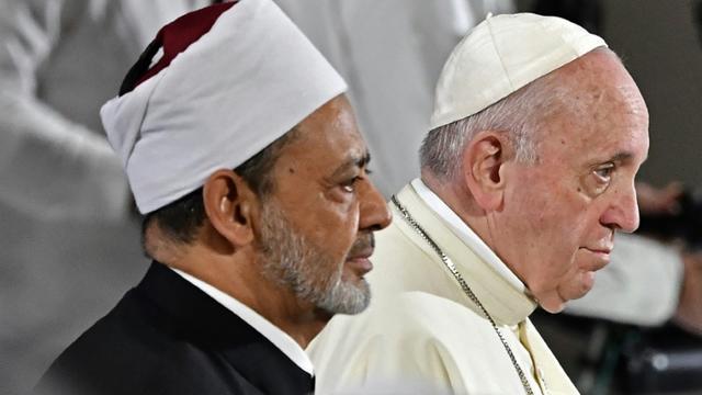 Le grand imam d'Al-Azhar, le cheikh Ahmed al-Tayeb (à gauche) et le pape François, le 4 février à Abou Dhabi  [Vincenzo PINTO                       / AFP]