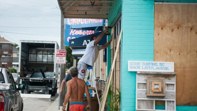 Des habitants de Wrightsville Beach, en Caroline du Nord, se préparant au passage de l'ouragan Florence, le 11 septembre 2018 [Logan Cyrus / AFP]