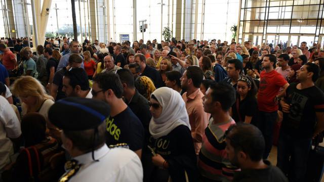 Des touristes attendent à l'aéroport de Charm el-Cheikh le 6 novembre 2015 [MOHAMED EL-SHAHED / AFP]