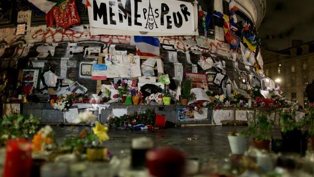 Fleurs, bougies, banderoles... devant la statue de la République à Paris le 7 janvier 2016, en hommage aux victimes des attentats de janvier 2015 [KENZO TRIBOUILLARD / AFP]