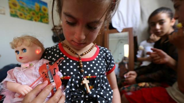 Christina, une fillette enlevée il y a trois ans par le groupe jihadiste Etat islamique (EI), retrouve ses parents, le 10 juin 2017 dans un camp de déplacés à Arbil [SAFIN HAMED / AFP]