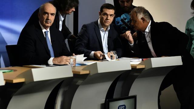 """Evangélos Meïmarakis (à g.), leader de la formation de droite """"Nouvelle Démocratie"""", et Alexis Tsipras, chef de Syriza, s'apprêtent à débattre à la télévision, le 9 septembre 2015 à Athènes [ARIS MESSINIS / AFP]"""