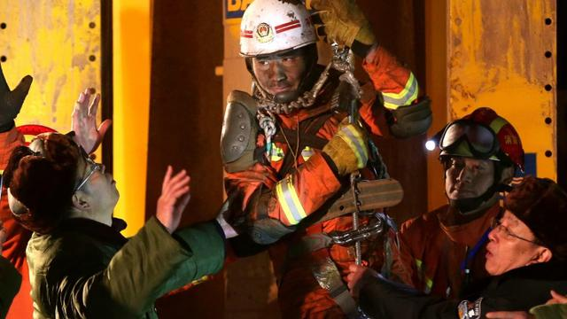 Un des mineurs secourus d'une mine de gypse de la province de Shandong, dans l'est de la Chine, le 29 janvier 2016 [STR / AFP]