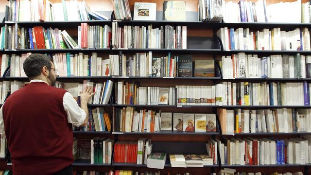 Un employé d'une librairie parisienne, le 7 février 2012 [Francois Guillot / AFP/Archives]