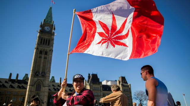Rassemblement à l'occasion de la Journée internationale du cannabis devant le Parlement canadien à Ottawa, le 20 avril 2016 [Chris Roussakis  / AFP/Archives]